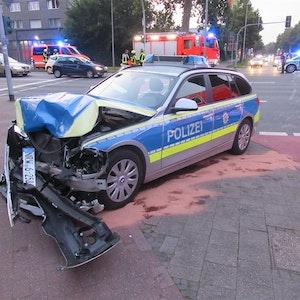 Ein beschädigter Streifenwagen der Polizei steht nach einem Unfall mit vier Verletzten am Straßenrand.