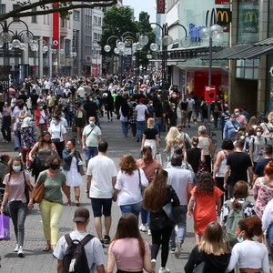 Viele Menschen gehen durch die Kölner Schildergasse