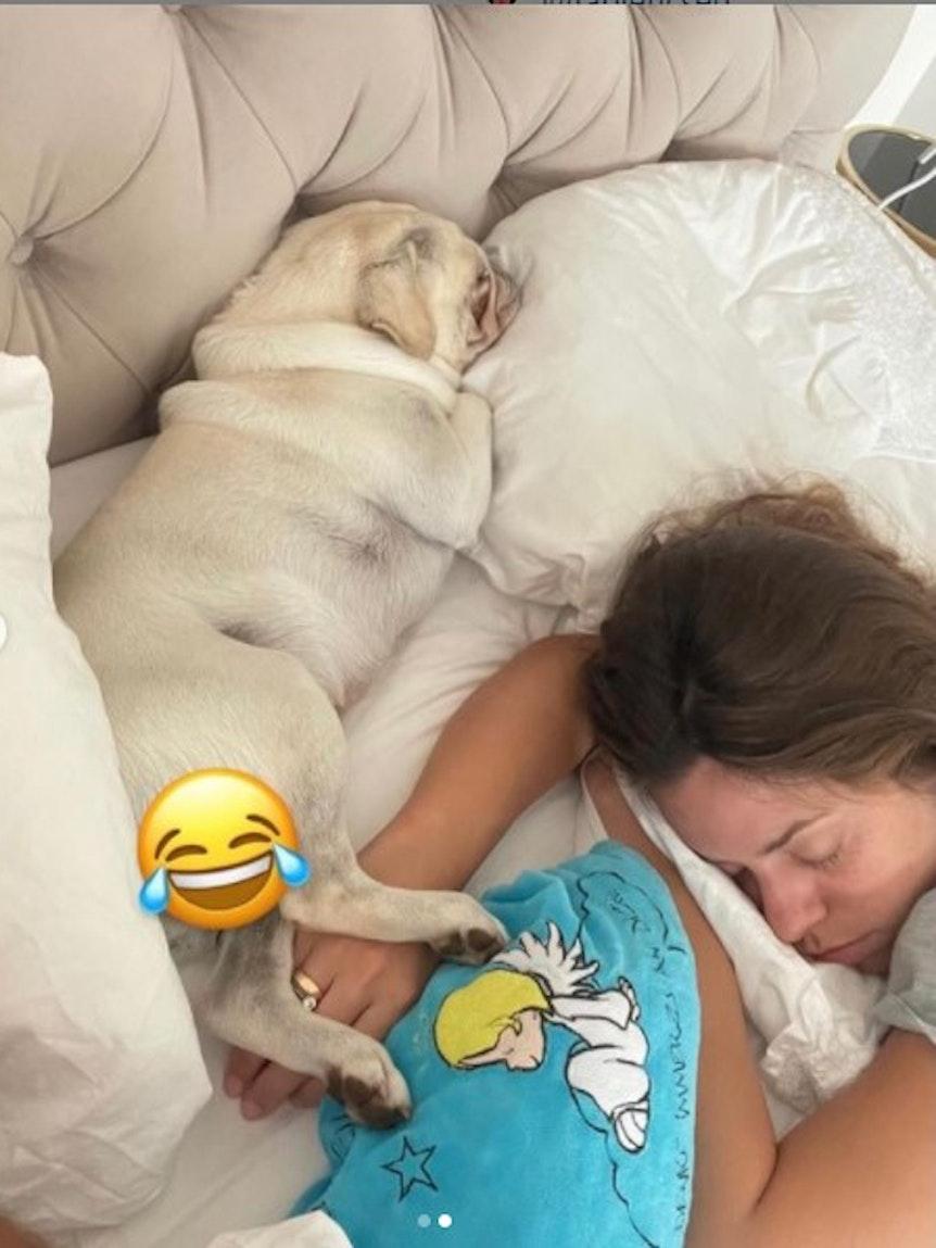 Vanessa Mai hat dieses Foto von sich im Bett am 25. Juli bei Instagram gepostet. Es zeigt sie schlafend mit ihrem Mopsrüden Ikaro.