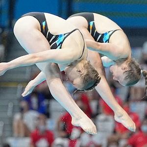 Wasserspringerinnen Tina Punzel und Lena Hentschel bei einem Sprung während des Finales bei den Olympischen Spielen in Tokio.