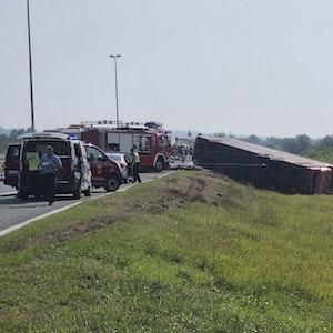 Rettungskräfte sind an der Stelle eines Busunfalls in der Nähe von Slavonski Brod im Einsatz.