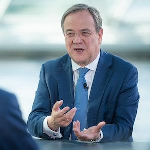 """Theo Koll, Leiter des ZDF-Hauptstadtstudios Berlin, spricht mit CDU-Kanzlerkandidat und dem Ministerpräsidenten von Nordrhein-Westfalen, Armin Laschet (r), bei der ZDF-Sendung """"Berlin direkt - Sommerinterview""""."""