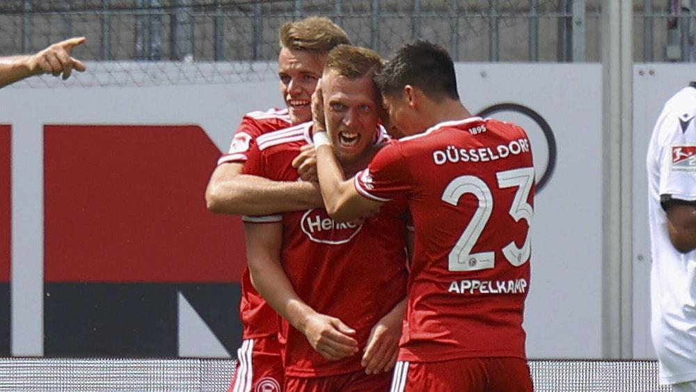 Rouwen Hennings jubelt mit seinen Teamkollegen über seinen Treffer gegen den SV Sandhausen