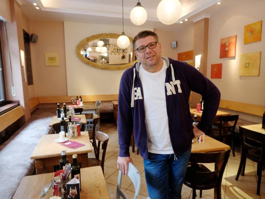 Gastronom Martin Schlüter steht in der Wirtschaft Volksmund in Köln.