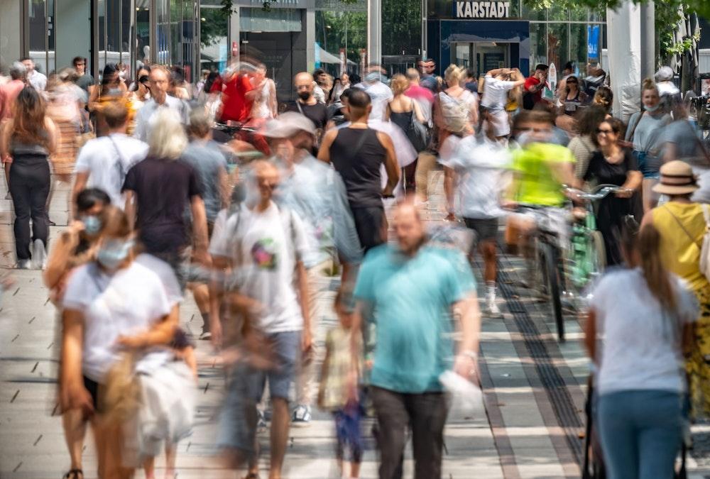 Wiele osób wyjdzie do Zell 23 lipca 2021 r., głównego centrum handlowego we Frankfurcie.