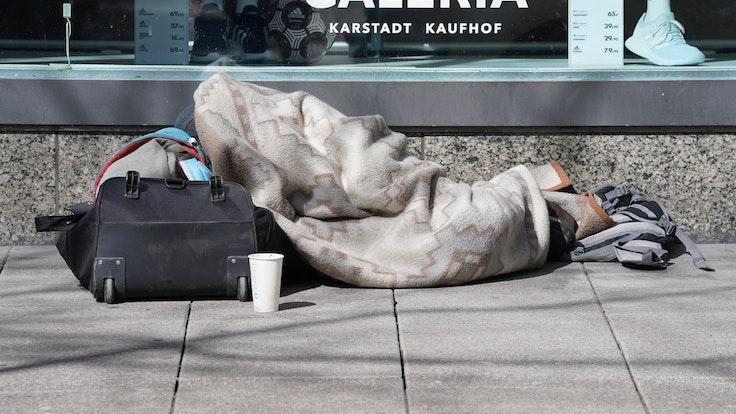 Ein Obdachloser ist in Bayern geköpft worden. Das Symbolbild zeigt einen Obdachlosen vor eier Kaufhof-Filiale.