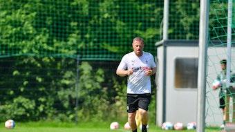 Gladbach-Manager Max Eberl joggt in Trainingskleidung über einen Fußballplatz in Harsewinkel.
