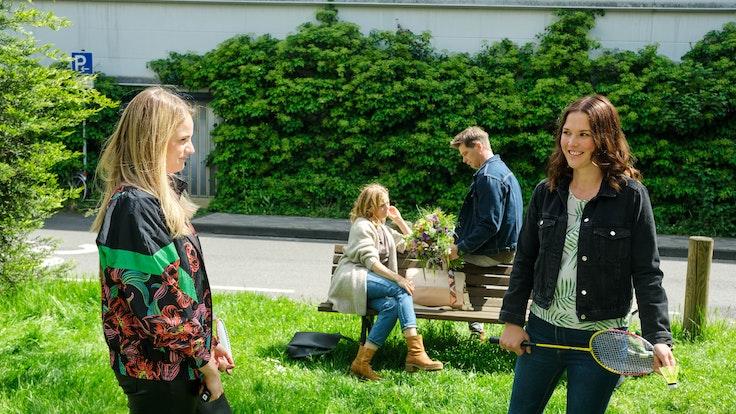 Schauspieler der RTL-Serie Unter uns während einer Szene.