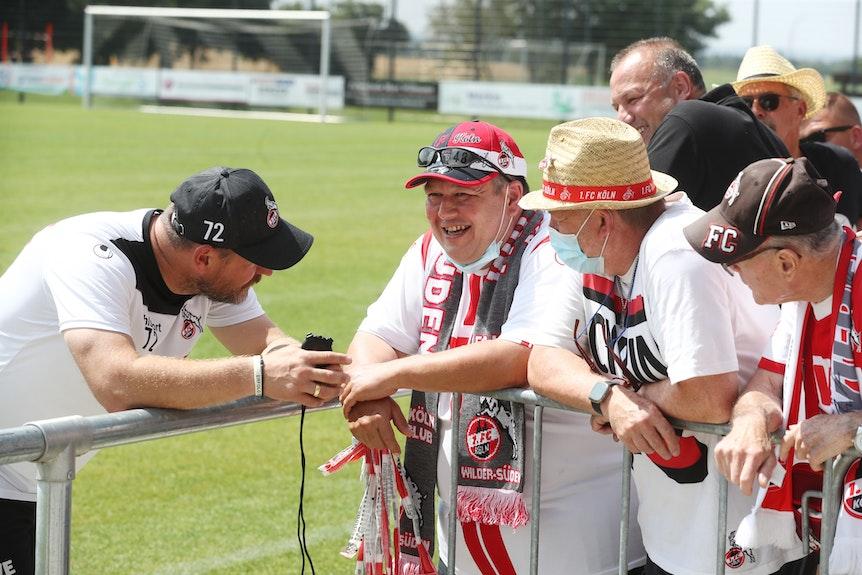Steffen Baumgart spricht mit Fans des 1. FC Köln.