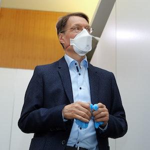 Karl Lauterbach im Studio Dumont Testzentrum Breite Straße Köln Deutschland: Er schlägt Alarm wegen schrumpfender Hirnleistung nach Corona-Infektion.