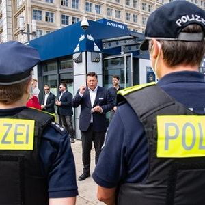 Es gibt einen Rassismus-Skandal bei der Polizei Berlin und der Polizei Freiburg. Auf dem Symbolfoto sind zwei Polizisten zu sehen.