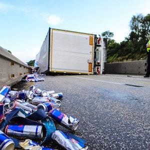 Der Lkw mit Energiedrinks ist am Montagmorgen (26. Juli) auf der A45 umgekippt.