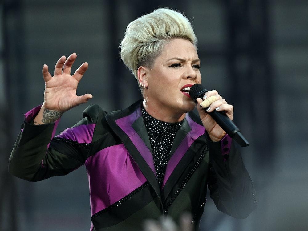 US-Sängerin Pink singt bei einem Konzert mit dem Mikro in der Hand.