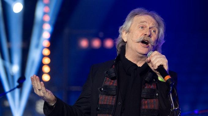 """Henning Krautmacher singt 2020 in der Lanxess-Arena beim Benefiz-Konzert """"Mer looße üch nit allein""""."""
