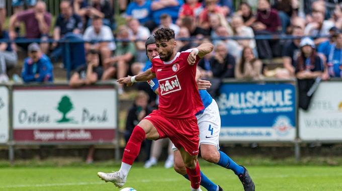 Instagram-Star Nader El-Jindaoui kickt für den Berliner AK im Testspiel beim FC Hansa Rostock.