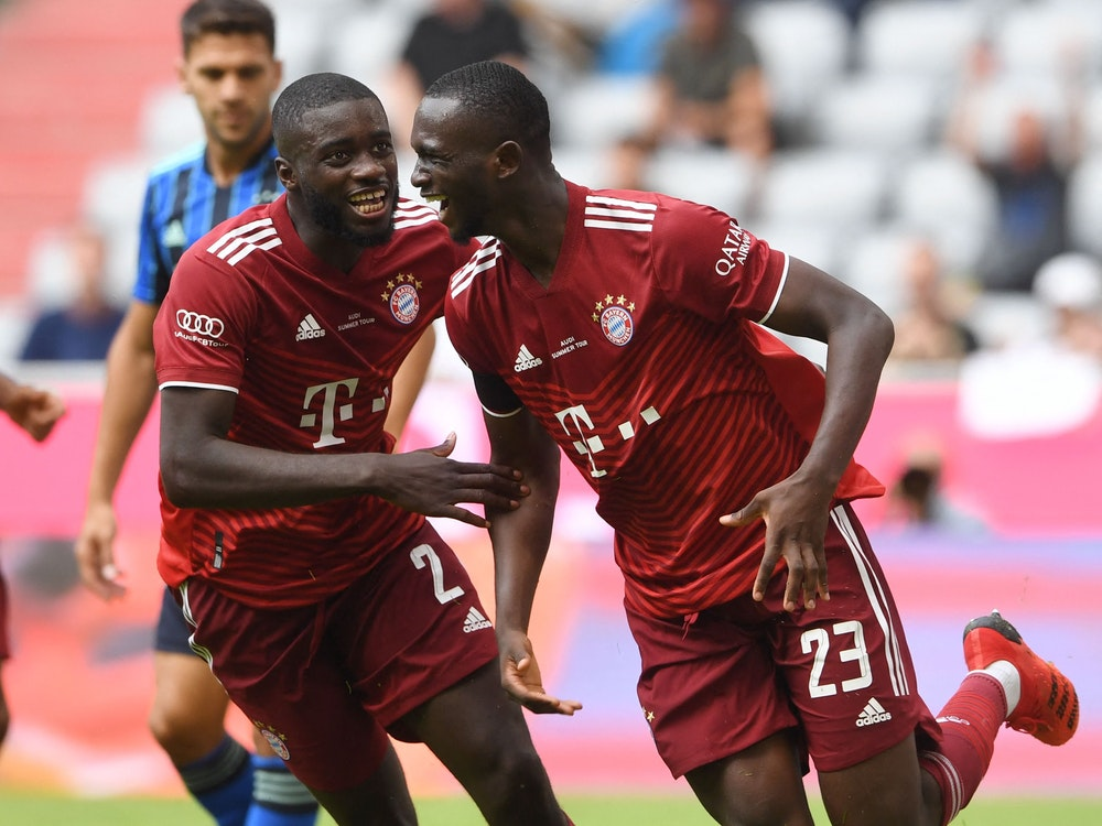 Bayern Münchens neuer Verteidiger Dayot Upamecano jubelt mit Tanguy Nianzou (r.).