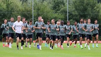 Teile der Gladbacher Mannschaft beim Warmlaufen für eine Einheit im Trainingslager am 21. Juli 2021.