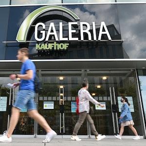 Passanten gehen auf der Frankfurter Einkaufsmeile Zeil am Eingang des Kaufhauses Galeria Kaufhof vorbei.