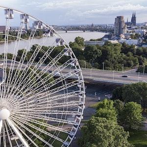 Das Riesenrad am Kölner Zoo mit Blick auf das Panorama von Köln.