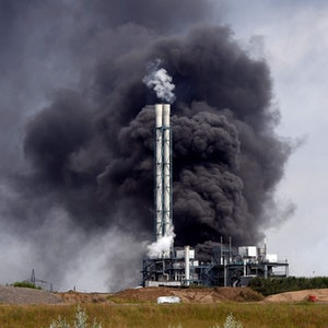Eine schwarze Rauchwolke quillt nach der Explosion am 27. Juli im Leverkusener Chempark aus den Trümmern der Müllverbrennungsanlage.
