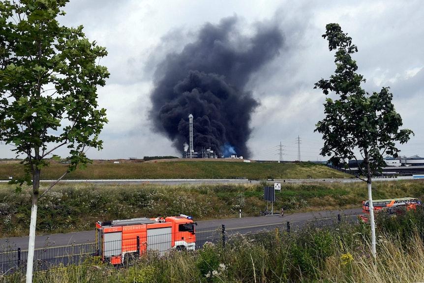 Die Rauchwolke über dem Leverkusener Chempark zog auch über die Stadtgrenzen hinaus.