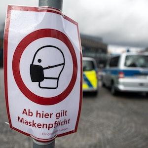Ein Schild in der Solinger Innenstadt weist auf die Maskenpflicht hin.