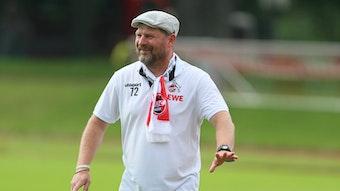 Der neue Trainer des 1. FC Köln heißt Steffen Baumgart. Auf diesem Foto ist der Fußballlehrer mit einem Fanschal und Mütze zu sehen.