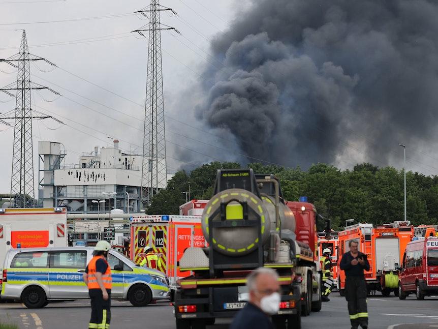 Hunderte Einsatzkräfte vor dem Chempark-Gelände in Leverkusen-Bürrig nach einer Explosion am Dienstagmorgen (27. Juli)