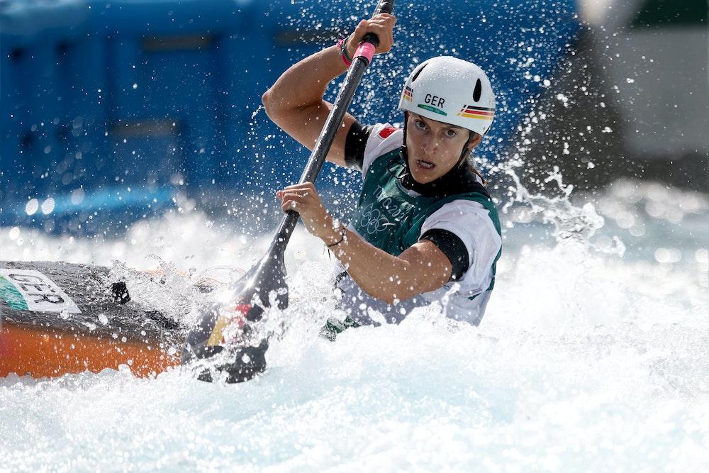 Ricarda Funk kämpft sich durch den Slalom-Parcours während der Olympischen Spiele 2021 in Tokio.