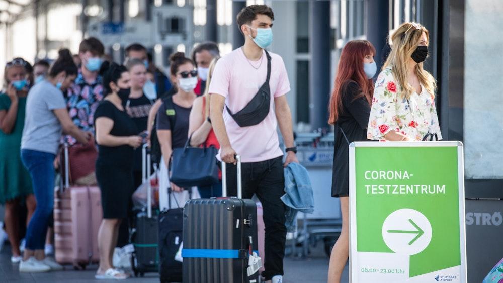 Reiserückkehrer an einem Corona-Testzentrum am Flughafen Stuttgart.