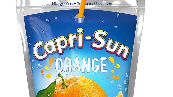 Capri Sub bringt viel Geld auf Ebay. Unser Symbolfoto zeigt eine Tüte Capri Sun Orange mit Plastikstrohhalm.