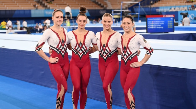 Sarah Voss, Pauline Schäfer, Elisabeth Seitz und Kim Bui (v.l.) aus Deutschland stehen nach dem Turnwettkampf bei Olympia zusammen.