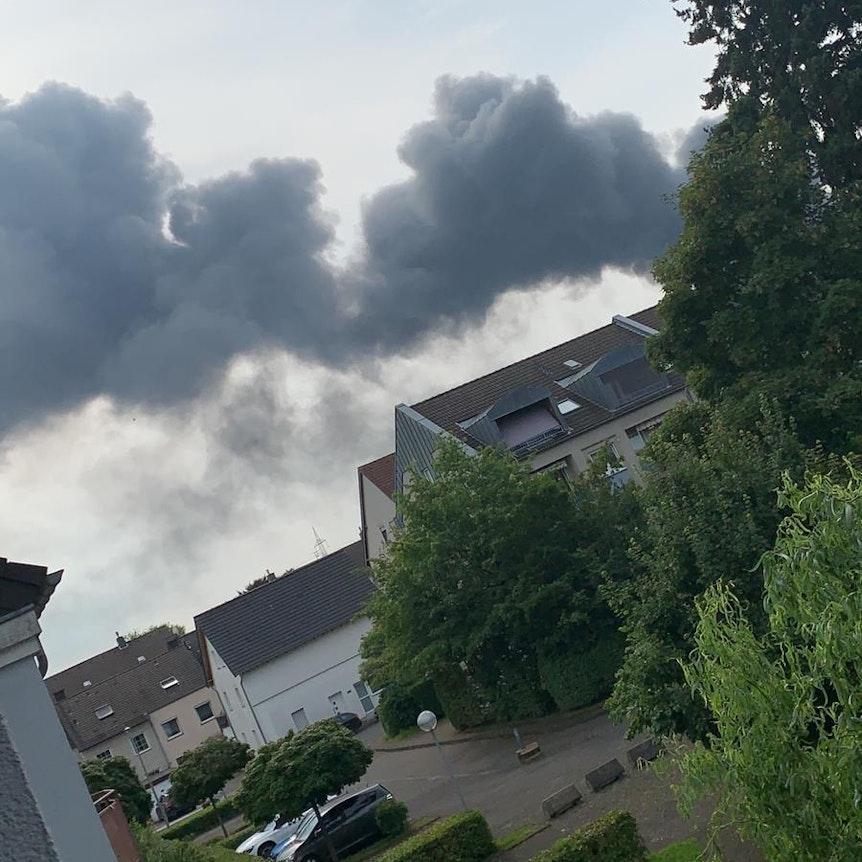 Dichte Rauchschwaden im Leverkusener Stadtteil Bürrig.