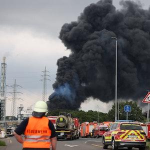 Schwarze Rauchwolke nach der Explosion im Chempark in Leverkusen.