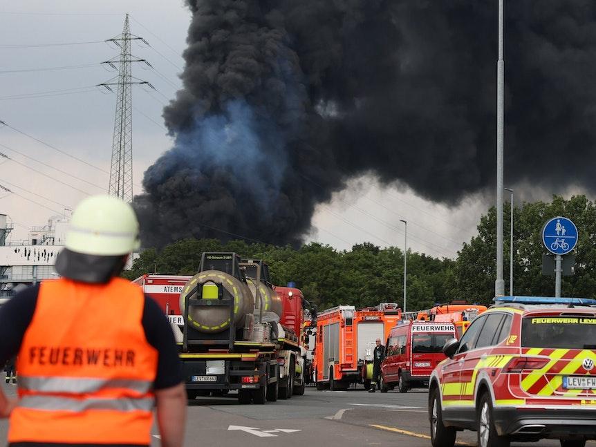 Eine riesige Rauchwolke steigt nach einer Explosion im Leverkusener Chempark in den Himmel auf.