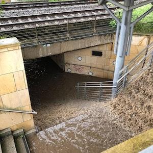 Eine Bahnunterführung in Lügde ist am Montagabend (26. Juli) mit Regenwasser vollgelaufen.