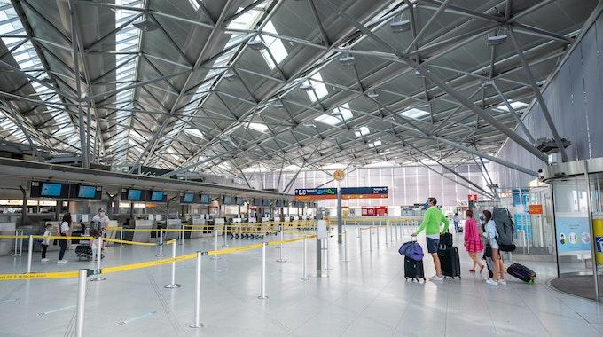 Menschen in der Abflughalle am Flughafen Köln/Bonn.