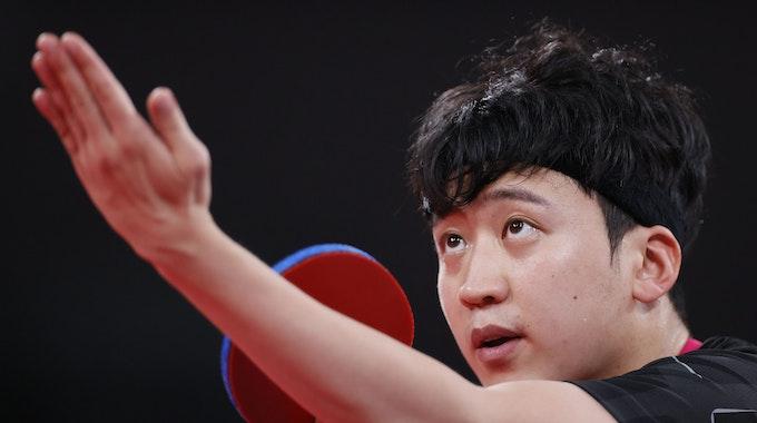 Jeoung Youngsik (Südkroea) beim Tischtennis-Aufschlag im Tokio Metropolitan Gymnasium