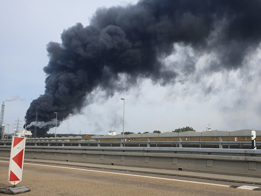 Auch von der Autobahn 1 war die dichte Rauchwolke über der Müllverbrennungsanlage in Leverkusen zu sehen.