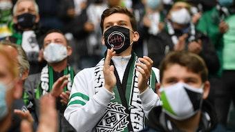 Gladbach-Fans verfolgen auf den Zuschauerrängen ein Bundesligaspiel der Fohlen-Elf mit Mund-Nase-Schutz im Borussia-Park.