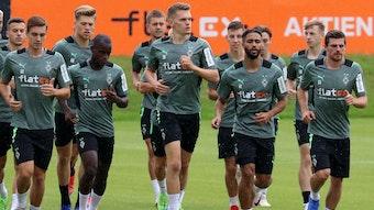 Die Gladbacher Nationalspieler um Florian Neuhaus (l.), Matthias Ginter (3.v.l.) und Jonas Hofmann (r.) laufen am Dienstag (27. Juli 2021) wieder gemeinsam mit ihren Borussia-Teamkollegen über das Fohlen-Trainingsgelände.