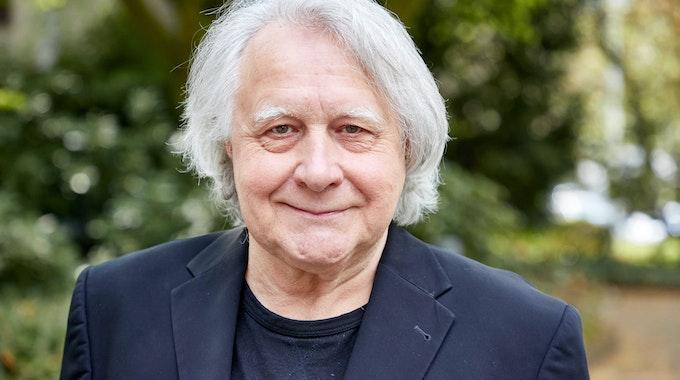 Peter Urban, langjähriger Moderator des ESC, lächelt bei einem Fototermin im April 2021 in die Kamera.