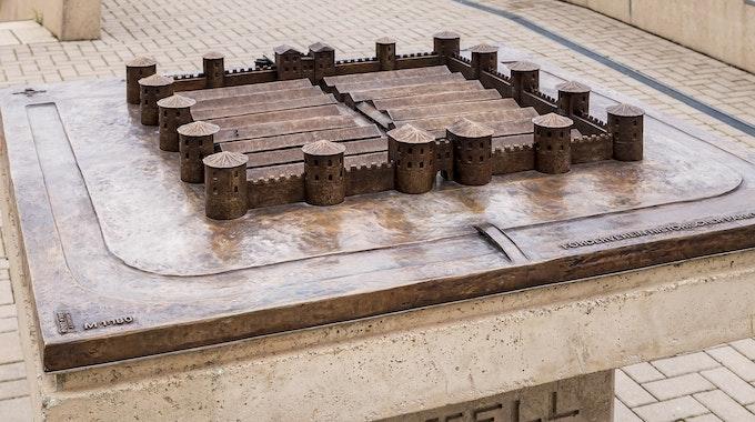 Im Historischen Park Deutz, direkt am Deutzer Rheinboulevard, befindet sich das Bronzemodell des Deutzer Kastells Divitia.