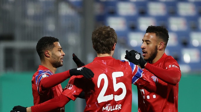 Serge Gnabry (l.), Thomas Müller (M.) und Corentin Tolisso (r.) bejubeln Gnabrys Tor gegen Holstein Kiel beim Spiel der zweiten DFB-Pokal-Runde.
