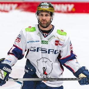 Mark Olver im DEL-Spiel gegen die Augsburger Panther auf dem Eis