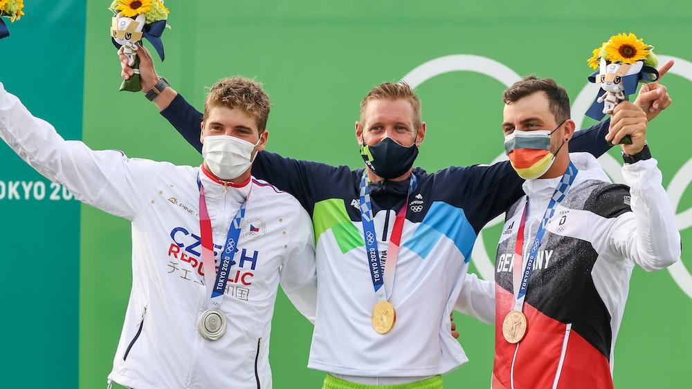 Die Olympia-Medaillen-Gewinner im Kanuslalom C1 (von links) Lukas Rohan (Silber/Tschechien), Benjamin Savsek (Gold/Slowenien) und Sideris Tasiadis (Bronze/Deutschland) am 26. Juli 2021 in Tokio.