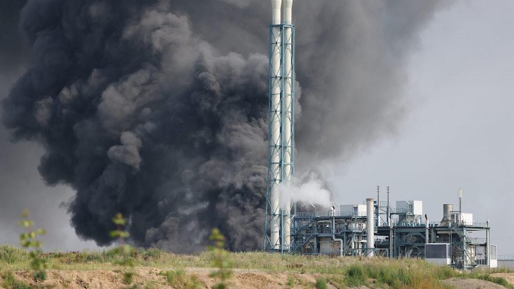 Eine dunkle Rauchwolke steigt über dem Chempark Leverkusen nach der Explosion auf.