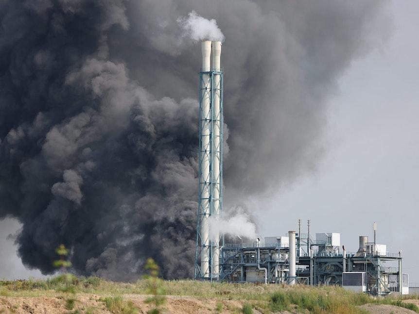 Die riesige Rauchwolke über der Müllverbrennungsanlage des Chempark in Leverkusen-Bürrig.
