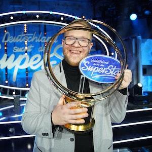 """Jan-Marten Block (25) mit seiner Trophäe für den Sieg bei """"Deutschland sucht den Superstar"""" 2021."""