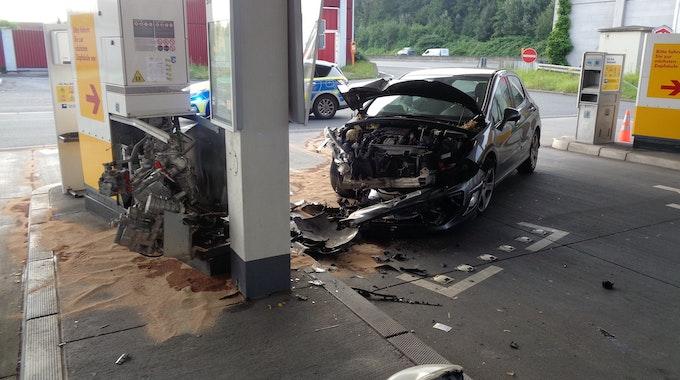 Weil der Bochumer Fahrer zuvor Alkohol getrunken hatte, verlor dieser jede Kontrolle und krachte in die Tanksäule.